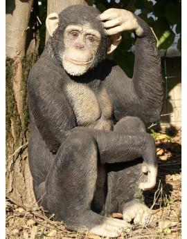 Chimpanzé assis en résine